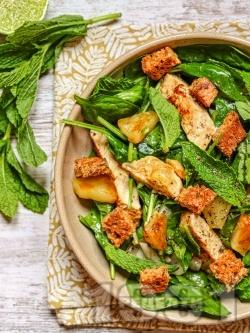 Зелена салата с пилешки гърди, ананас и дресинг с лайм, мед и джинджифил - снимка на рецептата